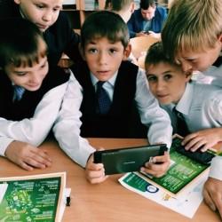 Смартфон стал помощником в учебе для юных тюменцев