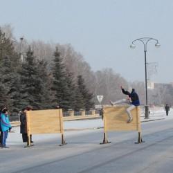 Участники эстафеты бежали в валенках, ехали на велосипеде, преодолевали лабиринт