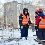 В микрорайоне Иртышский устраняют повреждение трубопровода