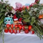 Тоболяки несут игрушки и цветы в память о погибших в Кемерово