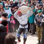 Тобольский богатырь поднялся по Прямскому взвозу с тяжелым мешком в руках