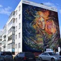 Фасад тобольского дома украсила космическая дева