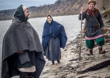 Реконструкторы в средневековой одежде дошли от Тобольска до Абалака