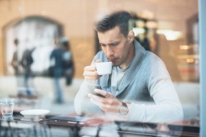 Каждые три минуты в салонах связи становится меньше на один 4G-смартфон