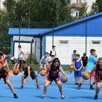В массовой тренировке приняли участие около 80 баскетболистов. Фото