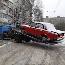 Брошенные машины убирают из тобольских дворов