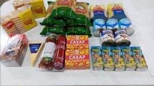 В Тобольске школьникам льготных категорий раздают продуктовые наборы