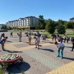 Тоболяки всех возрастов занимаются спортом на уличных площадках города. Фото