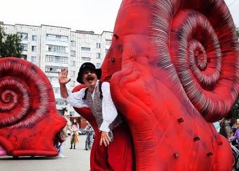 Лучшие уличные театры России дали представление в тобольских дворах