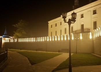 В тобольском кремле обновили освещение и поставили кремлевские урны