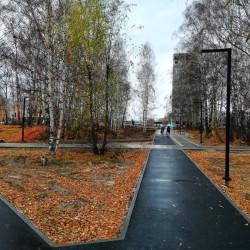В сквере Михайлова появились новые пешеходные дорожки и освещение